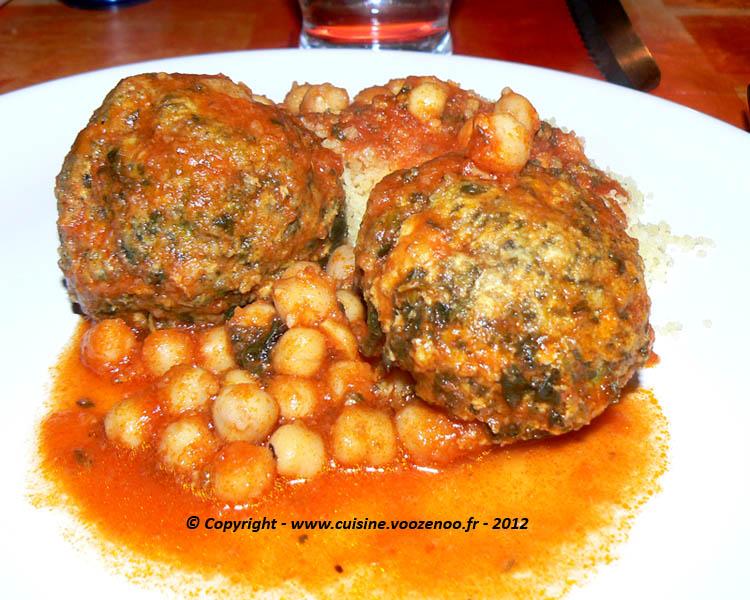 Boulettes d'épinards au poulet en sauce presentation
