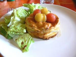 Feuilletes de feta et tomates cerises au miel presentation