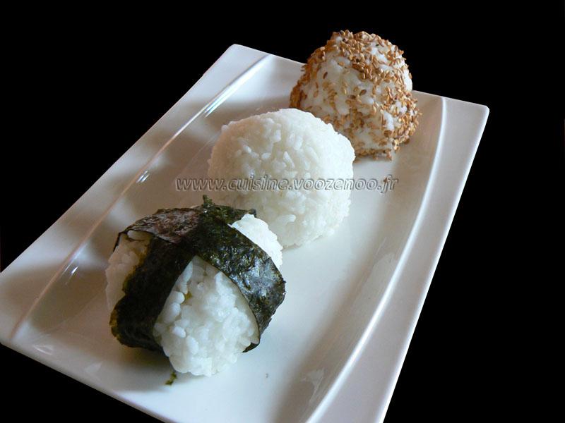Onigiri, boulettes de riz au saumon et brocolis presentation