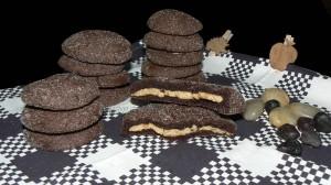 Cookies au chocolat avec coeur tendre au beurre de cacahuete presentation