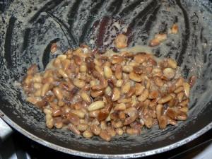 Petits gateaux au miel, coeur de pignons de pin caramelisés etape1