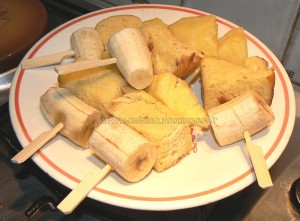 Brochettes de brioche perdue, fruits et sauce au chocolat etape6