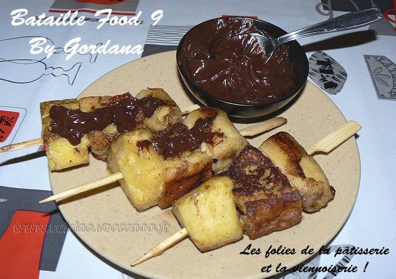 Brochettes de brioche perdue, fruits et sauce au chocolat presentation