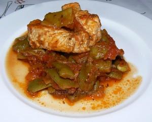Haricots plats, sauce provençale et bâtons de porc presentation