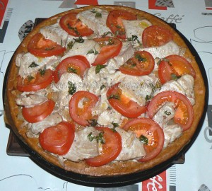Tarte feuilletée fine au thon frais et tomates presentation