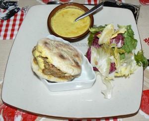 Batbouts farcis a la viande et aux legumes, sauce epicee fin