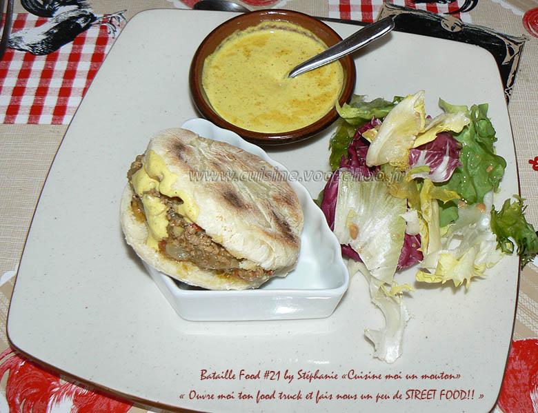 Batbouts farcis a la viande et aux legumes, sauce epicee presentation