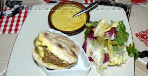 Batbouts farcis à la viande hachée et aux légumes, sauce épicée