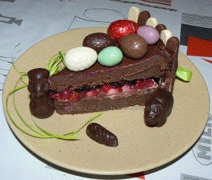 Gâteau au chocolat, finger et fruits rouges pour paques fin2