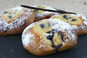 Briochettes à la crème pâtissiere et myrtilles slider