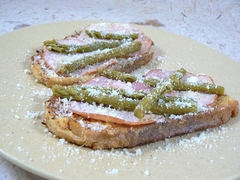 Pain perdu au bacon et asperges vertes presentation