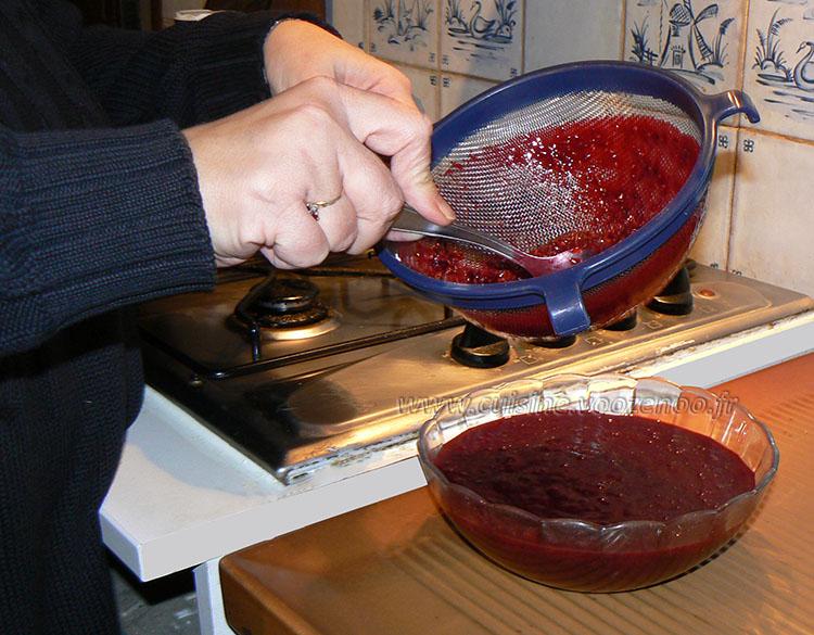 Mousse fromage blanc, coulis de fruits rouges maison, croustillant au  miel etape3