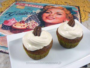 Cupcakes noix de pecan, topping creme de sirop d'erable presentation