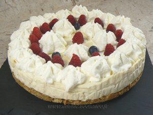 Cheesecake au chocolat blanc, framboises et myrtilles presentation