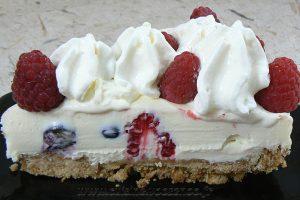 Cheesecake au chocolat blanc, framboises et myrtilles