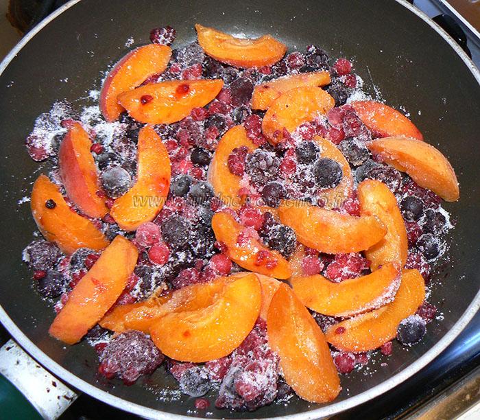 Roulé croustillant aux abricots et fruits rouges etape1