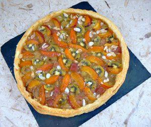 Tarte fine à la rhubarbe, aux abricots et kiwis fin