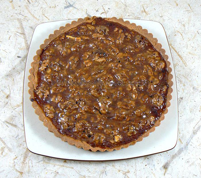 Tarte aux noix et caramel, glaçage à l'abricot fin