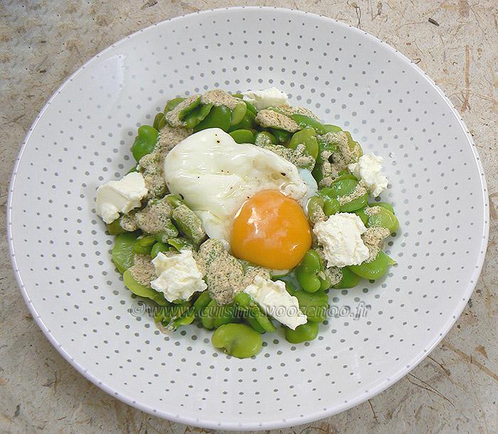 Salade de fèves au fromage frais, œuf poché fin