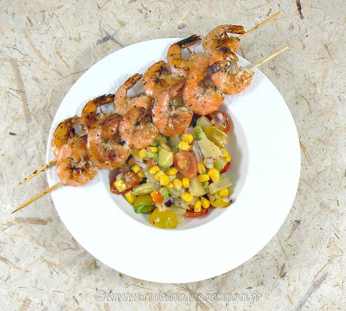 Brochettes de crevettes à la plancha et salade exotique presentation