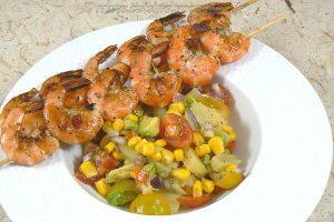 Brochettes de crevettes à la plancha et salade exotique