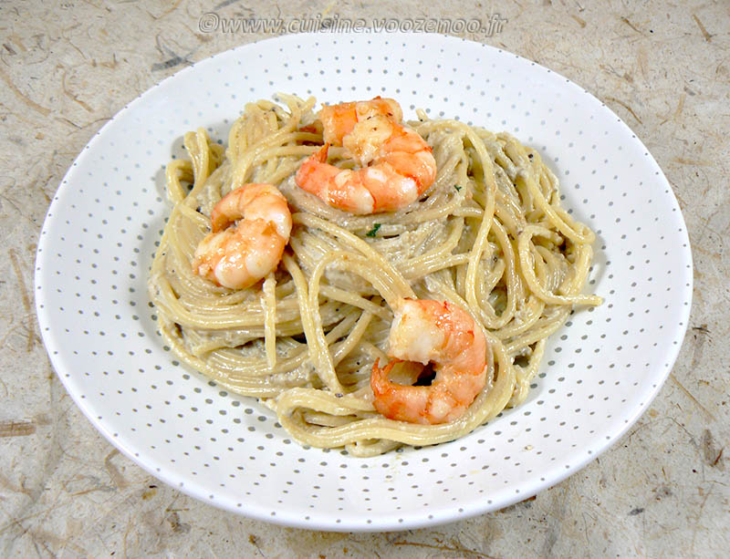Spaghettis aux crevettes, sauce aubergines et pignons fin