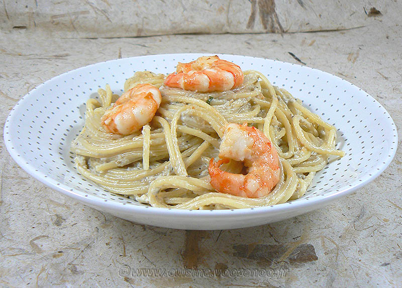 Spaghettis aux crevettes, sauce aubergines et pignons presentation
