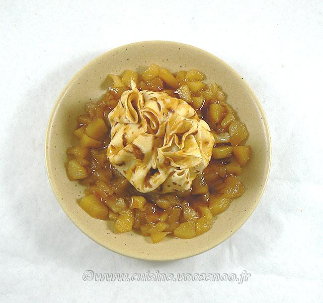 Aumônière de crêpe farcie de semoule au lait sur compotée de fruits fin