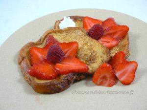 Brioche perdue aux fraises et cardamome presentation