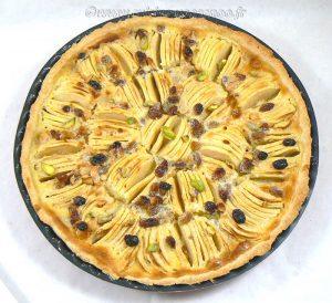 Tarte aux pommes, crème de nougat et raisins secs presentation