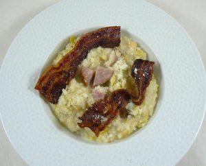 Risotto à la saucisse de Morteau, poireau et lard grillé fin