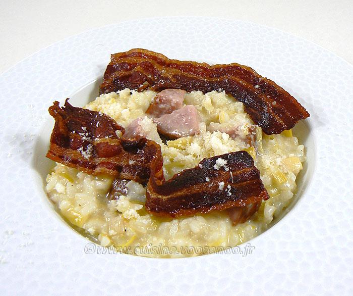 Risotto à la saucisse de Morteau, poireau et lard grillé presentation