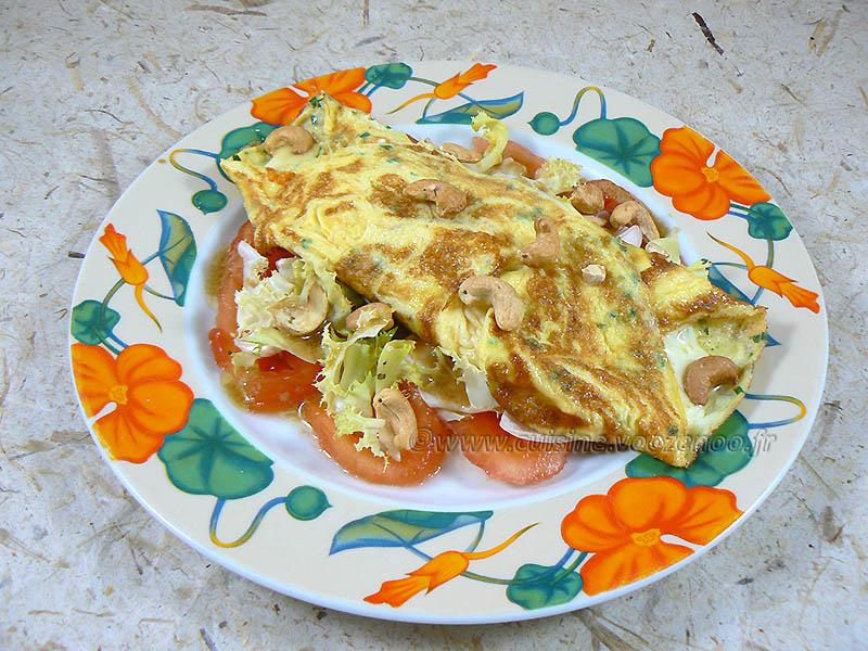 Omelette à la mozzarella sur un lit de tomates  fin