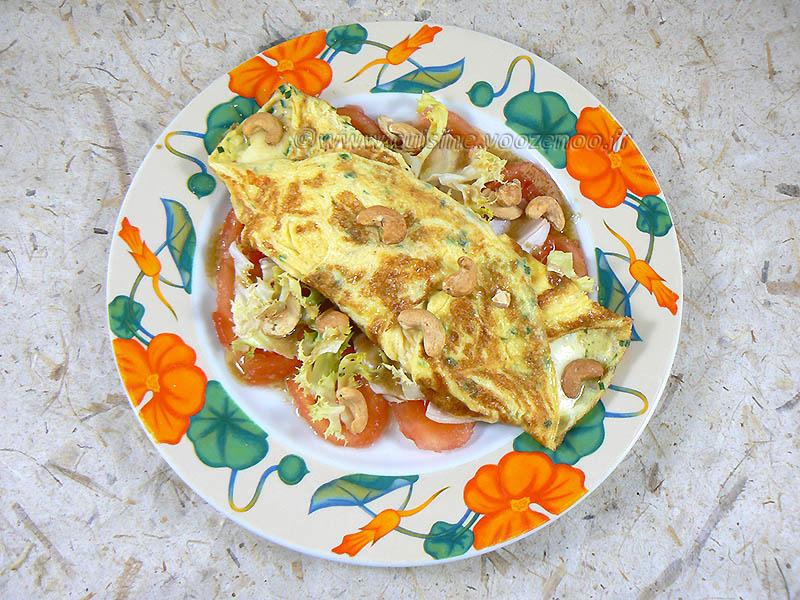 Omelette à la mozzarella sur un lit de tomates  presentation