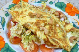 Omelette à la mozzarella sur un lit de tomates