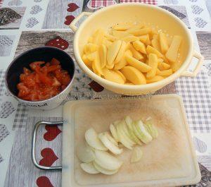 Pommes de terre confites à la tomate, thon et olives noires etape1