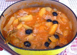 Pommes de terre confites à la tomate, thon et olives noires fin