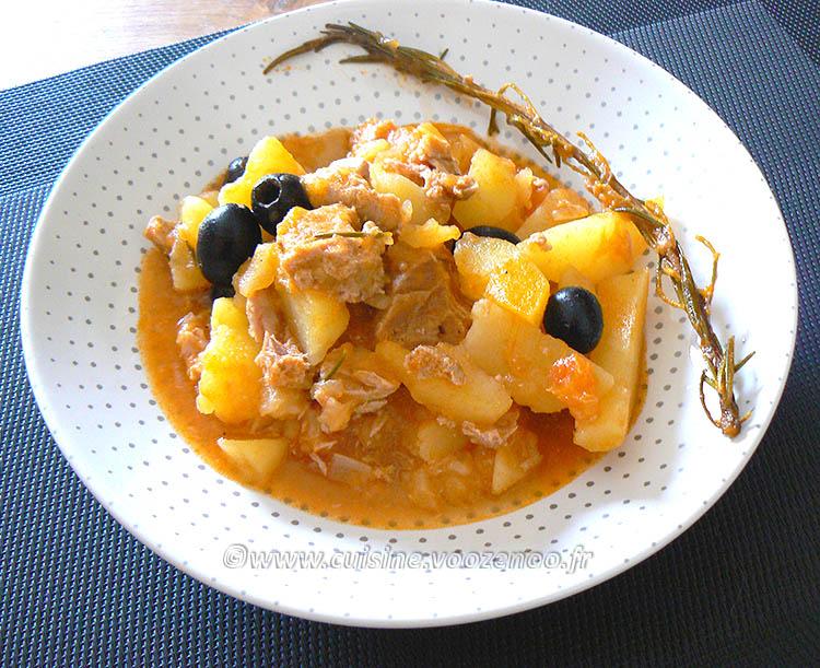 Pommes de terre confites à la tomate, thon et olives noires presentation