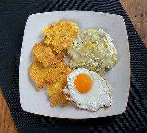 Galettes de riz, poireaux à la crème et œufs au plat presentation