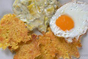 Galettes de riz, poireaux à la crème et œuf au plat
