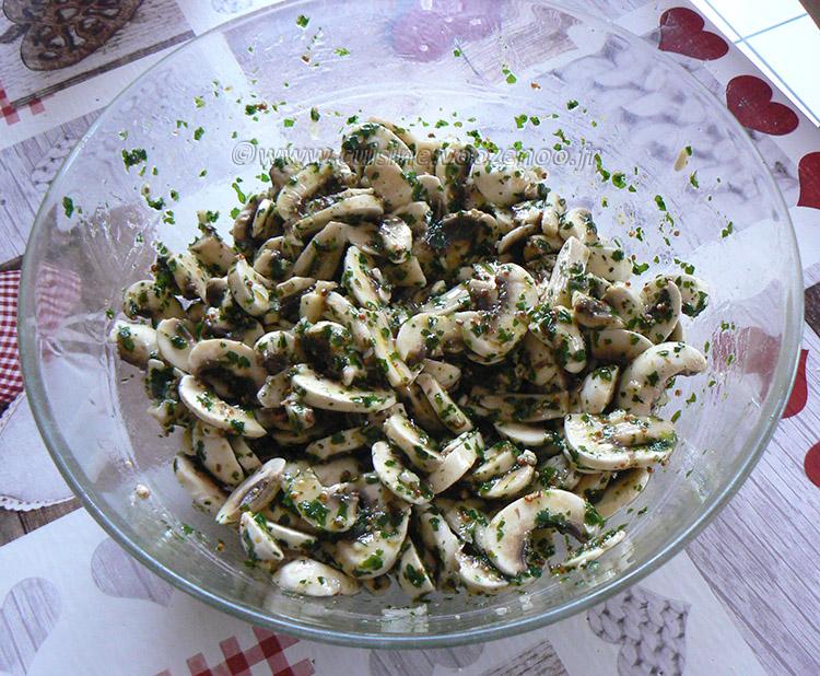 Salade de champignons de Paris crus fin