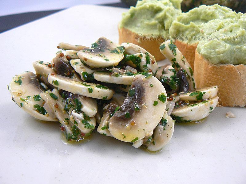 Salade de champignons de Paris crus presentation