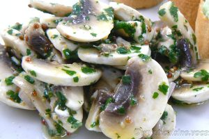 Salade de champignons de Paris crus slider