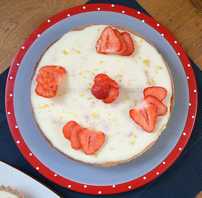 Tarte panna cotta citron, compotée de fraises presentation
