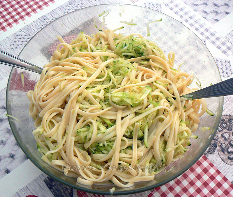 Salade de linguine, courgettes râpées et tomates cerise rôties etape3
