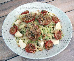 Salade de linguine, courgettes râpées et tomates cerise rôties fin