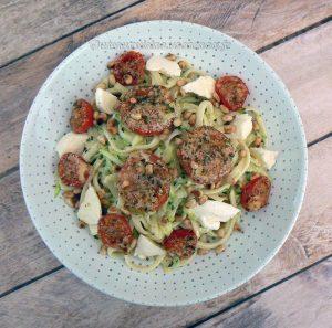 Salade de linguine, courgettes râpées et tomates cerise rôties presentation