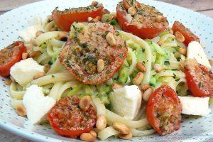 Salade de linguine, courgettes râpées et tomates cerise rôties slider