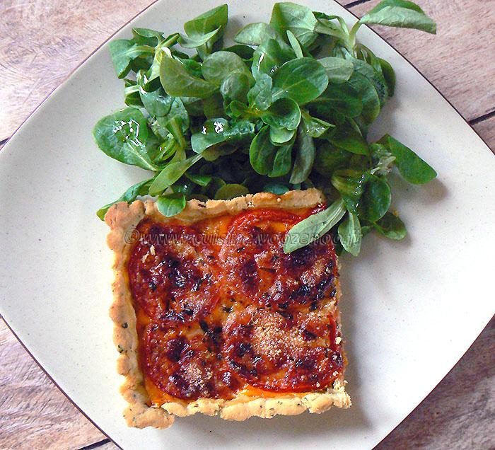 Tarte tomate, estragon et fromage presentation