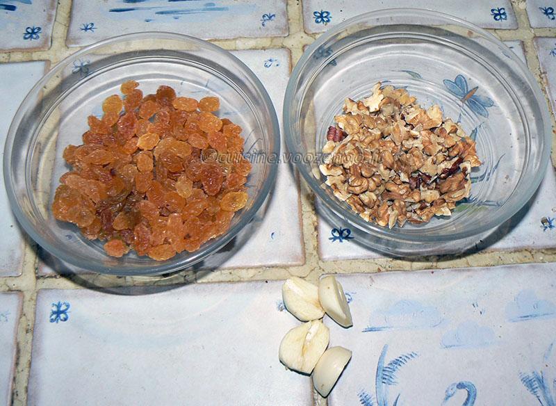 Pâtes au chou-fleur, raisins secs et noix etape1